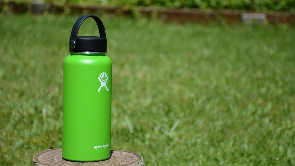ピクニックの必需品の水筒